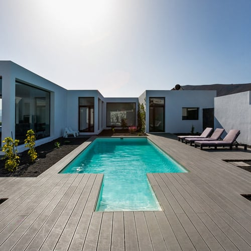 gestion de alojamiento hotel blanco y piscina