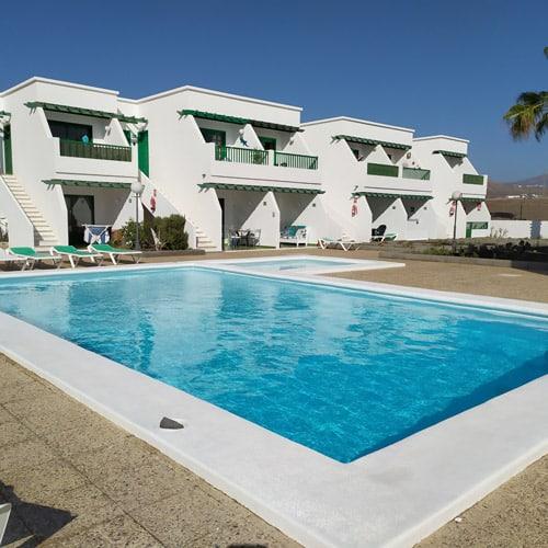 gestion de alojamiento hotel blanco con verde y piscina