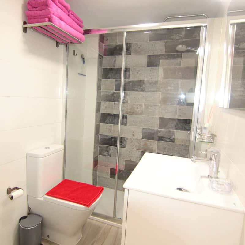 estudio rocas negras alojamiento en lanzarote baño blanco con toalla roja