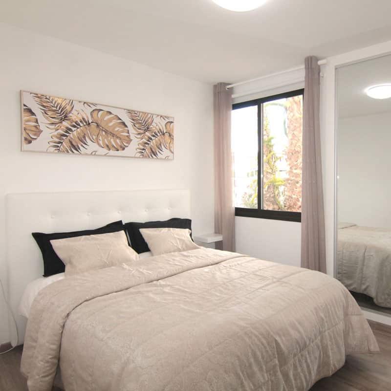 estudio rocas negras alojamiento en lanzarote habitacion blanca con cama de matrimonio