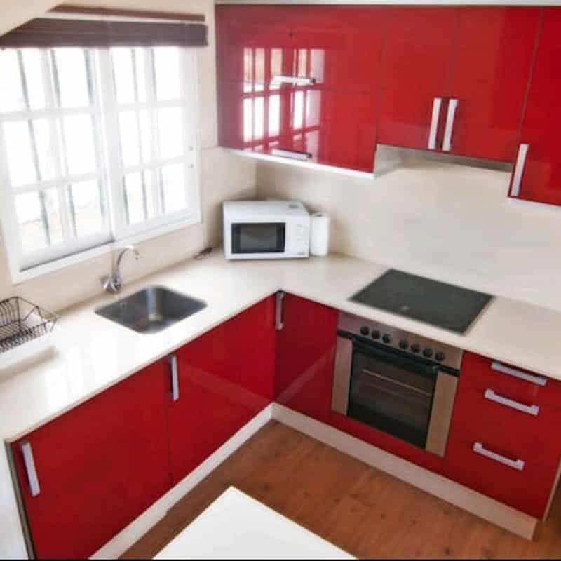 apartamentos duplex las marinas cocina roja con microondas y horno