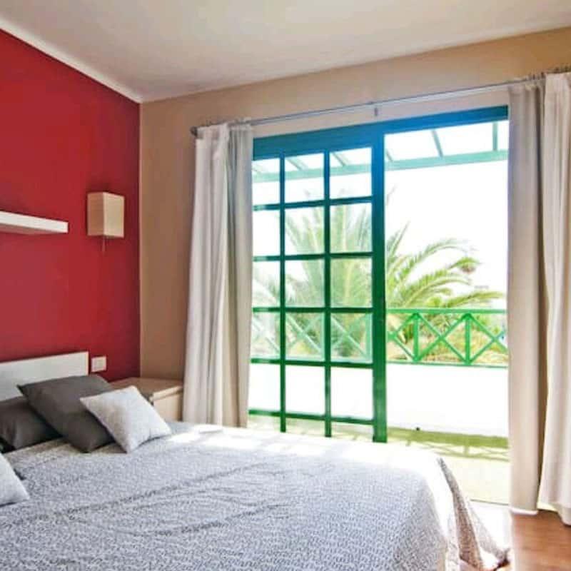 apartamentos duplex las marinas habitacion roja con vistas al mar
