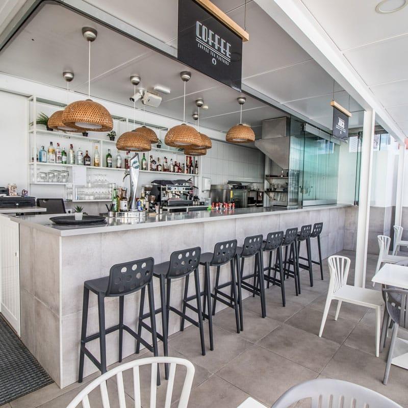 mojo dive apartamentos guinate club bar con sillas negras y blancas