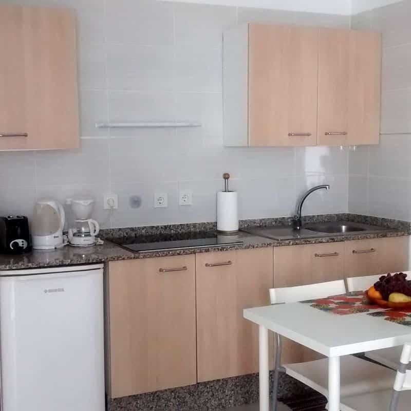 apartamentos la florida cocina de madera con cafetera y licuadora