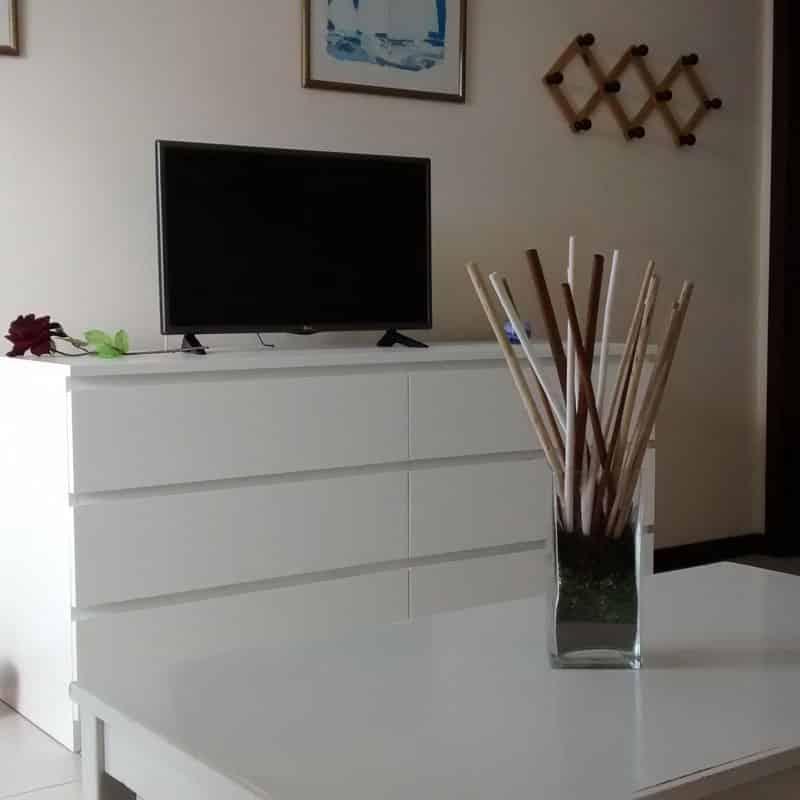 apartamentos la florida salon blanco con television y decoracion de madera