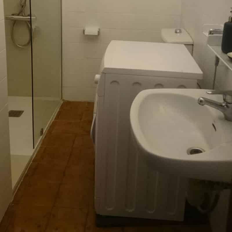 apartamentos la florida baño con lavadora y ducha