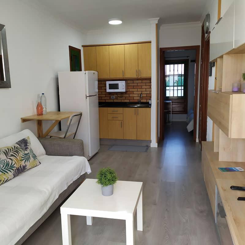 estudio rocas negras alojamiento en lanzarote salon de madera y paredes blancas