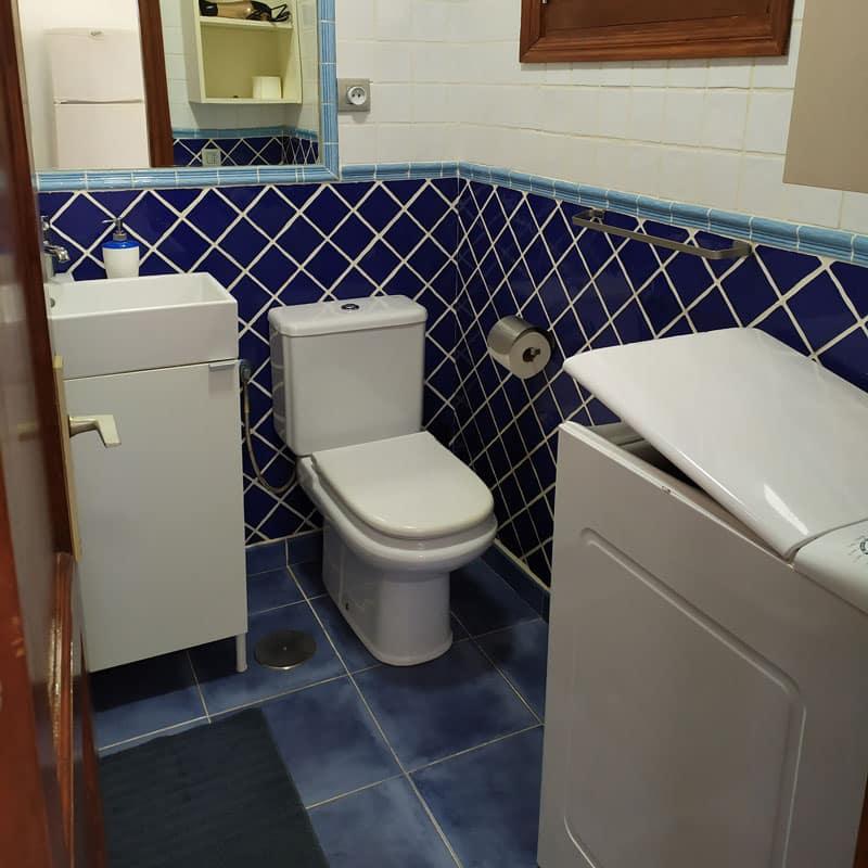 estudio rocas negras alojamiento en lanzarote con baño blanco y azulejos azules