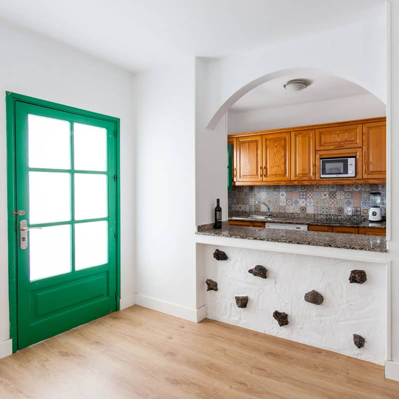mojo dive apartamentos luz y mar alojamiento en lanzarote salon cocina con microondas