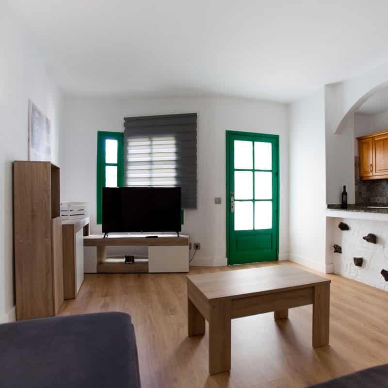mojo dive apartamentos luz y mar alojamiento en lanzarote salon con puertas verdes