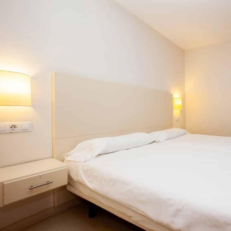 aparthotel costamar habitacion doble blanca de matrimonio