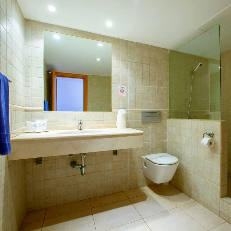 aparthotel costamar baño moderno con ducha