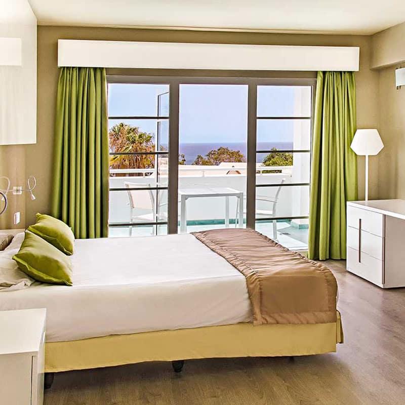 aparthotel marromar alojamiento en lanzarote habitacion con vistas al mar con cama de matrimonio