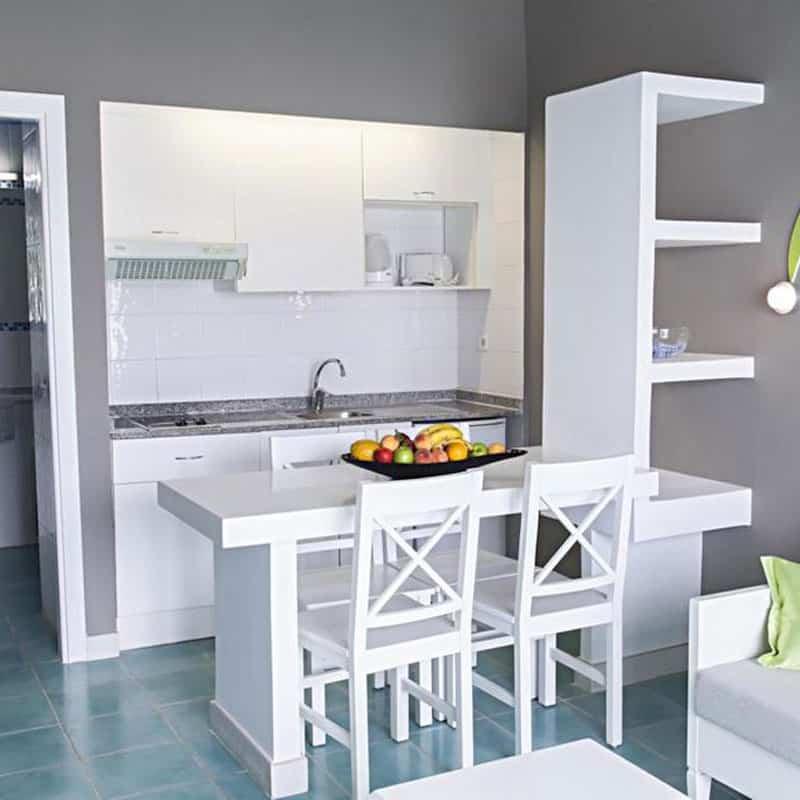 aparthotel marromar cocina salon blanca con suelo azul y frutas