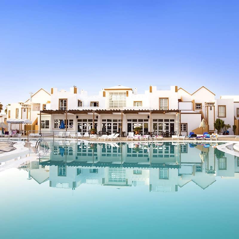 aparthotel marromar alojamiento en lanzarote piscina grande con edificios blancos