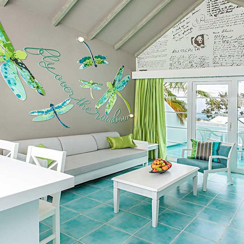aparthotel marromar alojamiento en lanzarote salon blanco con suelo turquesa y paredes con libelulas