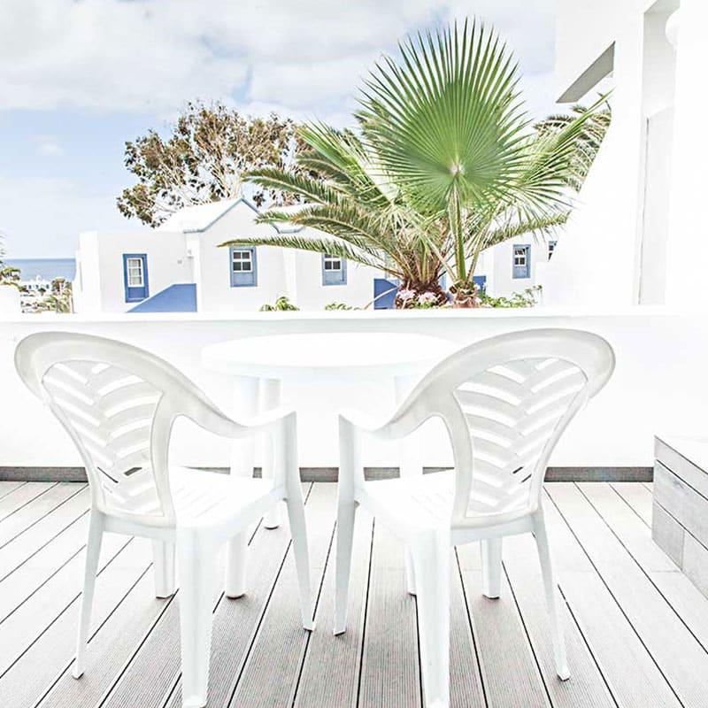 aparthotel marromar alojamiento en lanzarote terraza con mesa y sillas de plastico