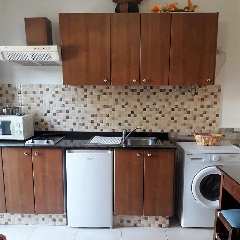 estudio rocas negras alojamiento en lanzarote cocina de madera