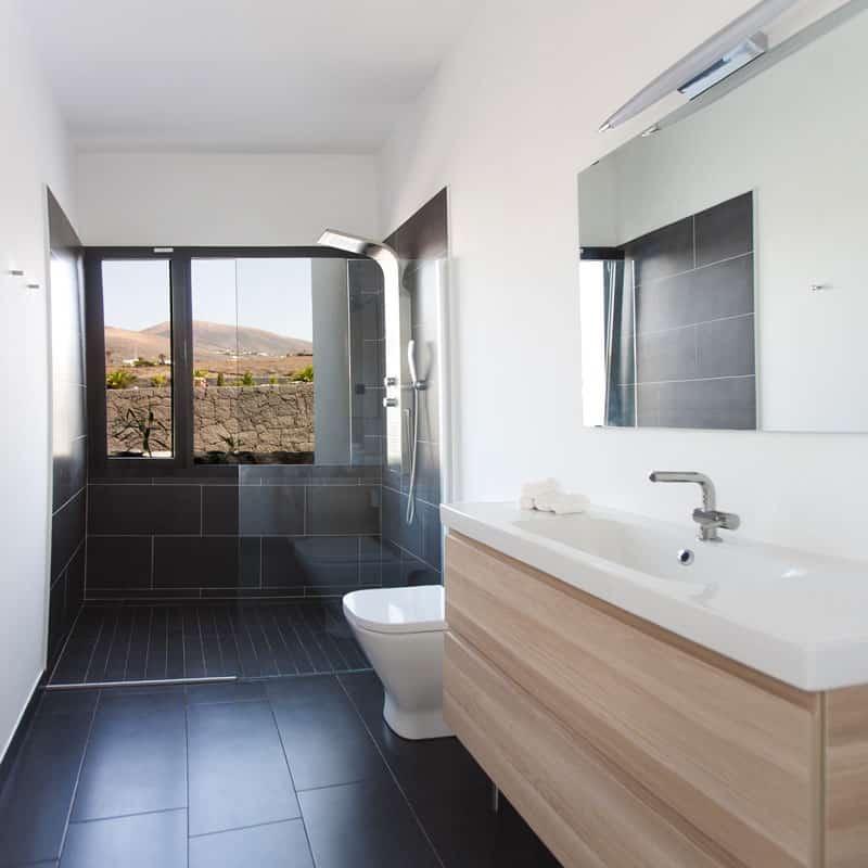 mojo dive villa iconic alojamiento en lanzarote baño