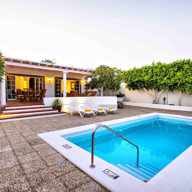 mojo dive villa la retreat alojamiento en lanzarote piscina con arboles