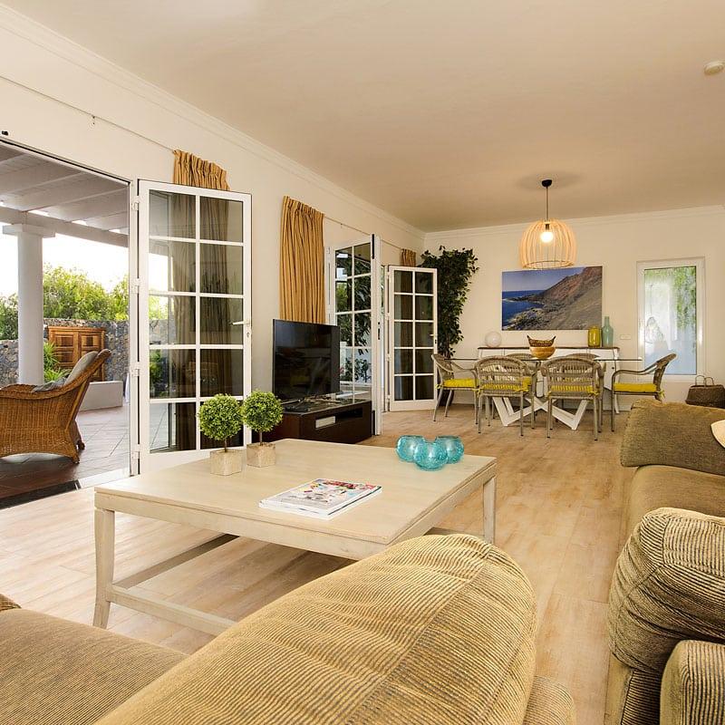 mojo dive villa la ventolera alojamiento en lanzarote salon blanco con tele