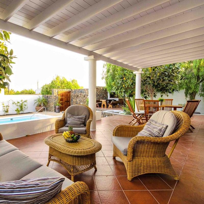 mojo dive villa la retreat alojamiento en lanzarote sillones con piscina