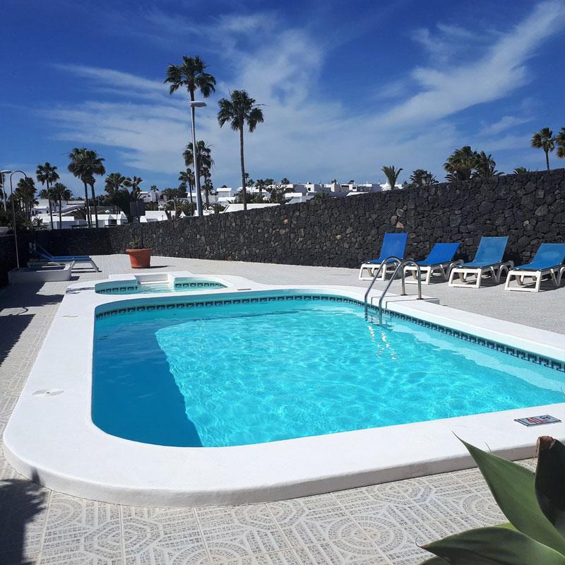 mojo dive villa la ventolera alojamiento en lanzarote con piscina blanca y palmeras