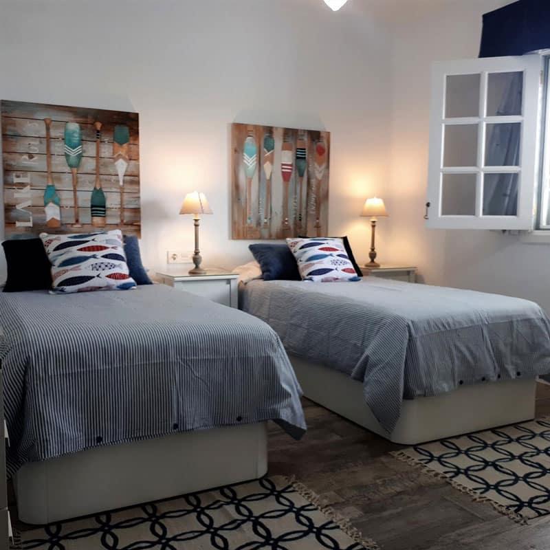 mojo dive villa la ventolera alojamiento en lanzarote habitacion con dos camas