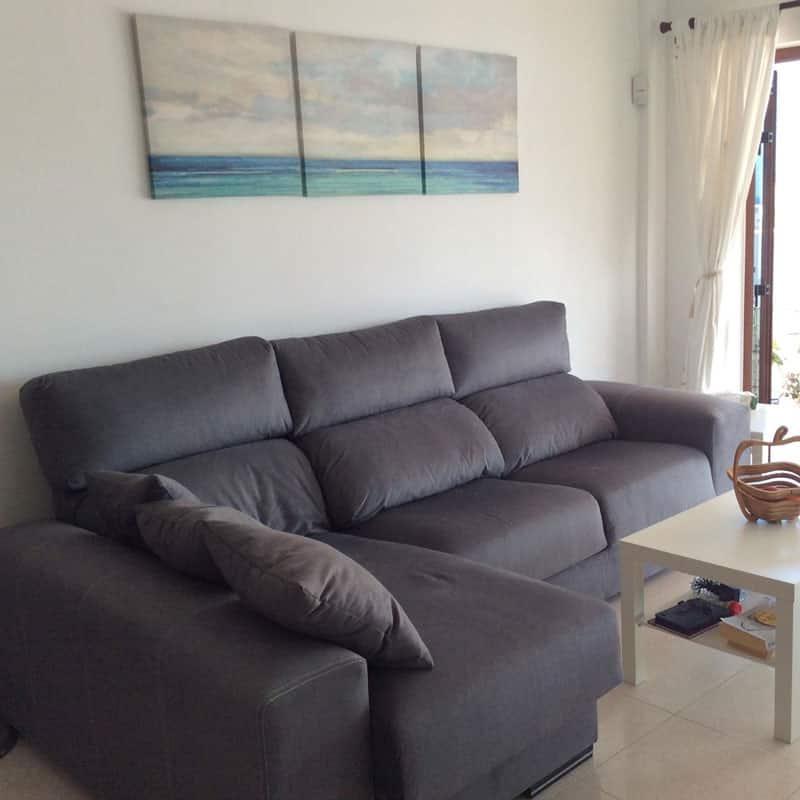 mojo dive villa tominel alojamiento en lanzarote salon con sofa marron