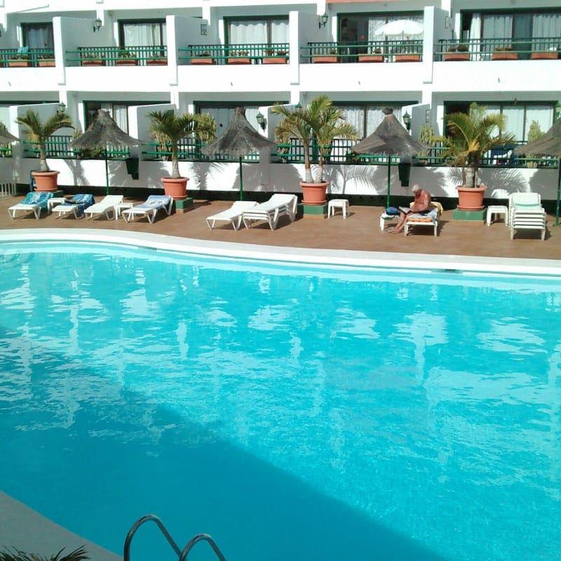 apartamentos la florida piscina con hamacas y palmeras